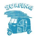 Blauwe tuk-tuk met surfplanken, grunge uitstekend embleem Royalty-vrije Stock Afbeeldingen