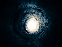 Blauwe tunnel aan het licht. Manier aan een andere wereld. Stock Foto's