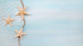 Blauwe turkooise achtergrond met zeesterren of shells Royalty-vrije Stock Afbeelding