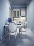 Blauwe uiterst kleine keuken met klassiek wit meubilair Stock Foto's