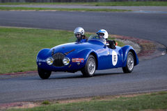Blauwe uitstekende auto op een kring Stock Foto
