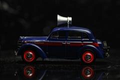 Blauwe uitstekende auto sideview Stock Foto