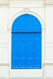 Blauwe uitstekende vensters stock afbeeldingen