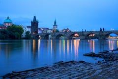Blauwe uurmening over Praag Charles Bridge Toneelbeeld van de rivier en de brugtorens van Vltava Stock Fotografie