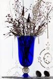 Blauwe vaas met droge bloemen en ornamenten Stock Afbeeldingen