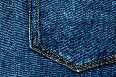 Blauwe van denimjeans zak als achtergrond met naad en oranje draadsteken Toevallig stedelijk klassiek manier het maken kledingsco royalty-vrije stock foto's
