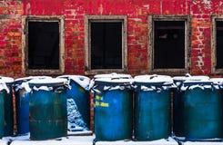 Blauwe vaten tegen rode bakstenen muur Royalty-vrije Stock Afbeelding