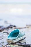 Blauwe verlaten schoen op het strand Royalty-vrije Stock Afbeeldingen