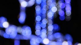 Blauwe verlichting op de straat tijdens Kerstmis bij nacht stock footage