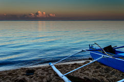 Blauwe Vissersboot bij Zonsondergang Royalty-vrije Stock Fotografie