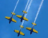 Blauwe vliegtuigen in de hemel Stock Afbeeldingen