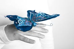 Blauwe vlinder in vrouwenhand royalty-vrije stock foto