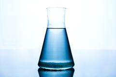 Blauwe vloeistof in de glasmaatregel Royalty-vrije Stock Foto's