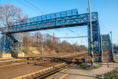 Blauwe voetgangersbrug over spoorweg, in Bratislava, Slowakije royalty-vrije stock fotografie