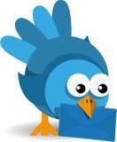 Blauwe vogel met een blauwe envelop Stock Afbeeldingen