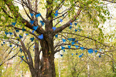 Blauwe vogels van document het hangen op boom Stock Afbeeldingen