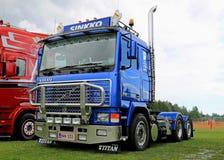 Blauwe Volvo-F16 van de Vrachtwagentractor bij Rivieroevervrachtwagen die 2015 ontmoeten Stock Afbeelding