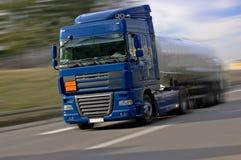 Blauwe Vrachtwagen die snel drijft Royalty-vrije Stock Afbeelding