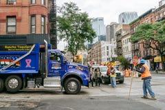 Blauwe vrachtwagen en stratemakers op de straat van New York Stock Foto