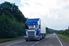 Blauwe vrachtwagen op een weg royalty-vrije stock fotografie