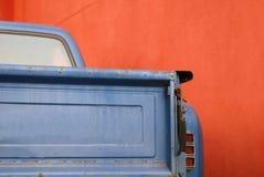 Blauwe vrachtwagen rode muur Stock Afbeeldingen