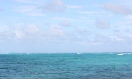 Blauwe Vreedzame Oceaan in Hawaï royalty-vrije stock foto's