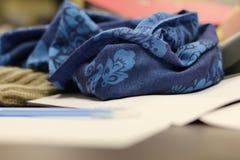 Blauwe vrouwelijke sjaal Royalty-vrije Stock Afbeelding
