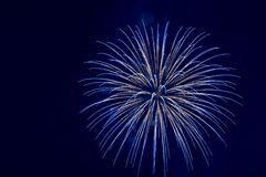 Blauwe vuurwerkexplosie Stock Afbeelding