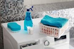 Blauwe wasserijpoeder en wasmachine Royalty-vrije Stock Afbeeldingen
