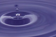 Blauwe water abstracte achtergrond Royalty-vrije Stock Afbeeldingen