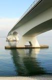 Blauwe water en brug stock afbeeldingen