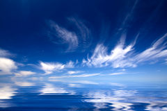Blauwe water en hemel Stock Foto