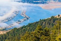 Blauwe water en mist Stock Fotografie