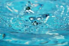 Blauwe waterabstractie Stock Foto's