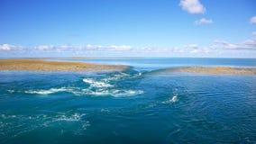 Blauwe waterachtergrond met ertsader op eb Royalty-vrije Stock Foto's