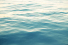 Blauwe waterachtergrond met rimpelingen, overzees, de oceaanmening van de golf lage hoek De achtergrond van de close-upaard Harde Royalty-vrije Stock Afbeeldingen