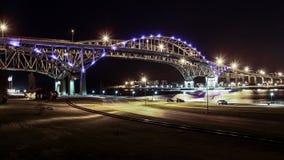 Blauwe Waterbrug bij Nacht Royalty-vrije Stock Foto's