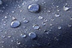 Blauwe waterdichte membraan textielachtergrond met dalingen Royalty-vrije Stock Afbeelding