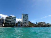 Blauwe wateren van Waikiki met Hotels en Diamond Head in mening Stock Foto