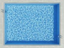 Blauwe waterspiegel in openluchtpool Stock Afbeeldingen