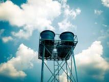Blauwe watertank op de toren in het water royalty-vrije stock foto's