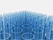 Blauwe weerspiegelende laboratoriumreageerbuizen op wit Royalty-vrije Stock Fotografie