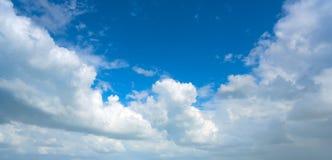 Blauwe witte de cumuluswolken van de de zomerhemel stock foto