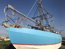 Blauwe, witte en rode die boot, op land in Nieuw Brighton, Wirral wordt vastgelegd royalty-vrije stock afbeeldingen