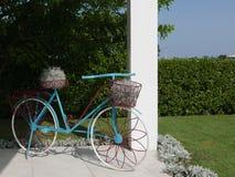 Blauwe, witte en rode fiets met manden en installaties royalty-vrije stock afbeelding
