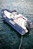 Blauwe witte opblaasbare boot Stock Fotografie