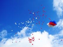 Blauwe witte rode ballons in de hemel Royalty-vrije Stock Foto's