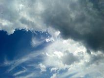 blauwe wolk van de zonlicht de glanzende achter donkere hoop Royalty-vrije Stock Foto's