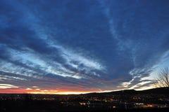 Blauwe wolken bij zonsondergang over de bergen van Oslo stock afbeeldingen