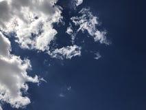 Blauwe wolkenhemel Stock Afbeeldingen